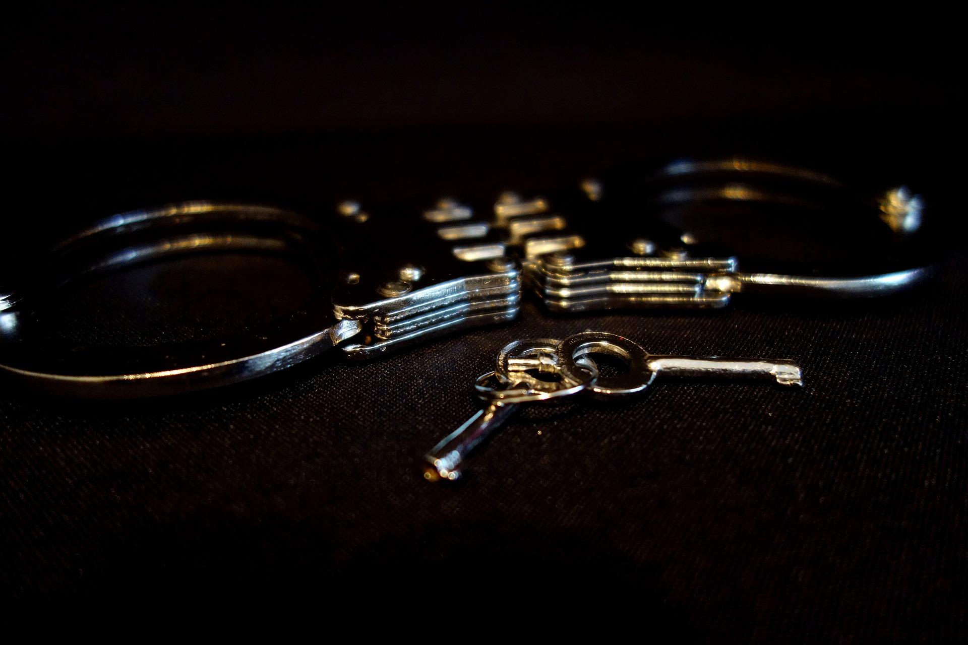 Handschellen und die Schlüssel dazu